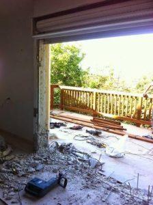 פתיחת קיר ובניית מרפסת עץ