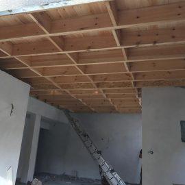 ריצפת עץ הפרדה בין הקומות וגג רעפים מבודד
