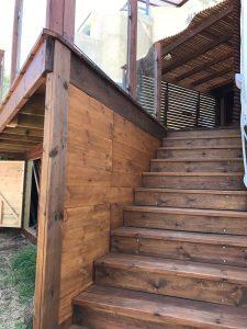 מרפסת עץ עם מעקה זכוכית